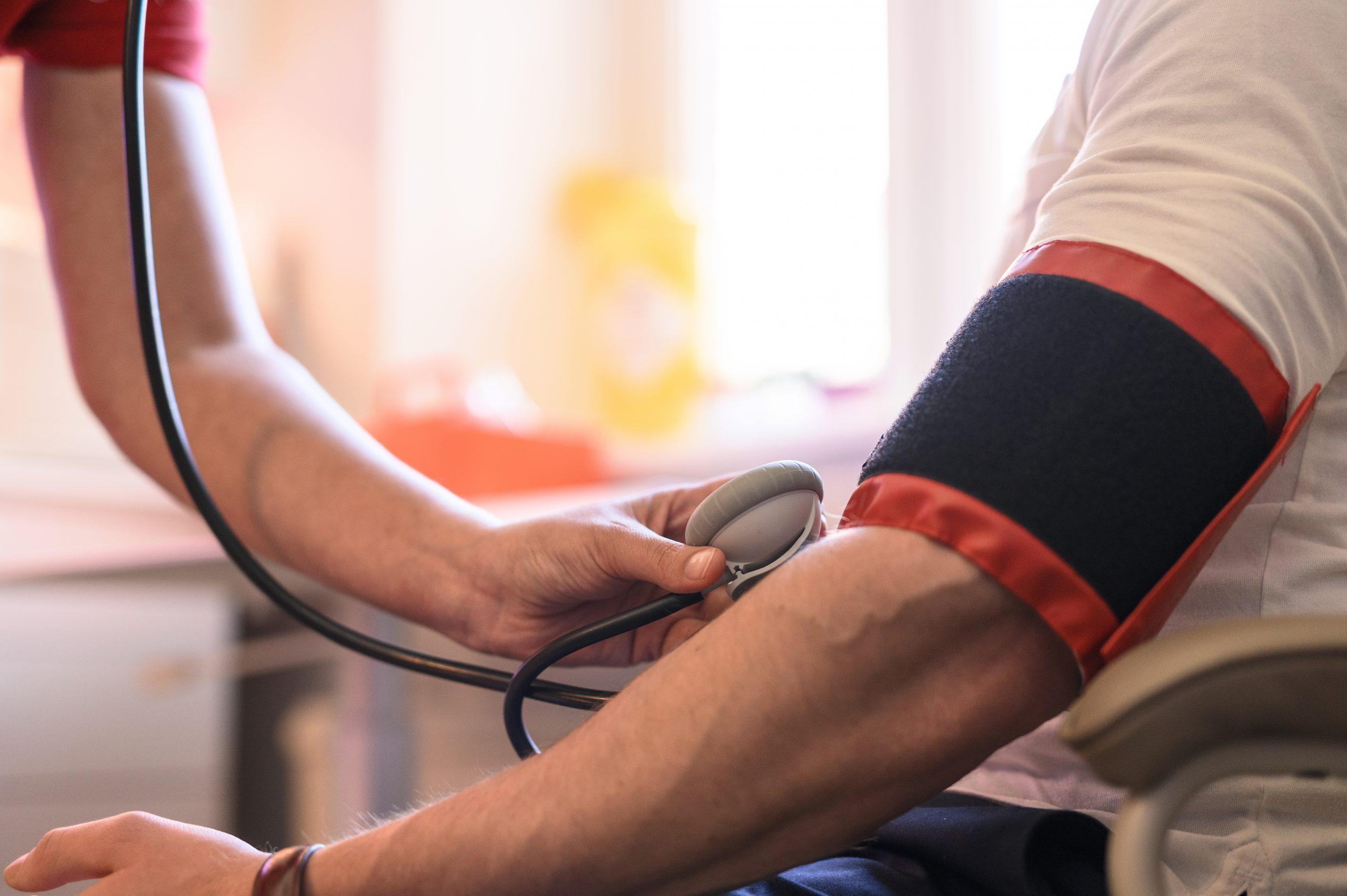Närbild på patientens arm under blodtryck på Vasakliniken