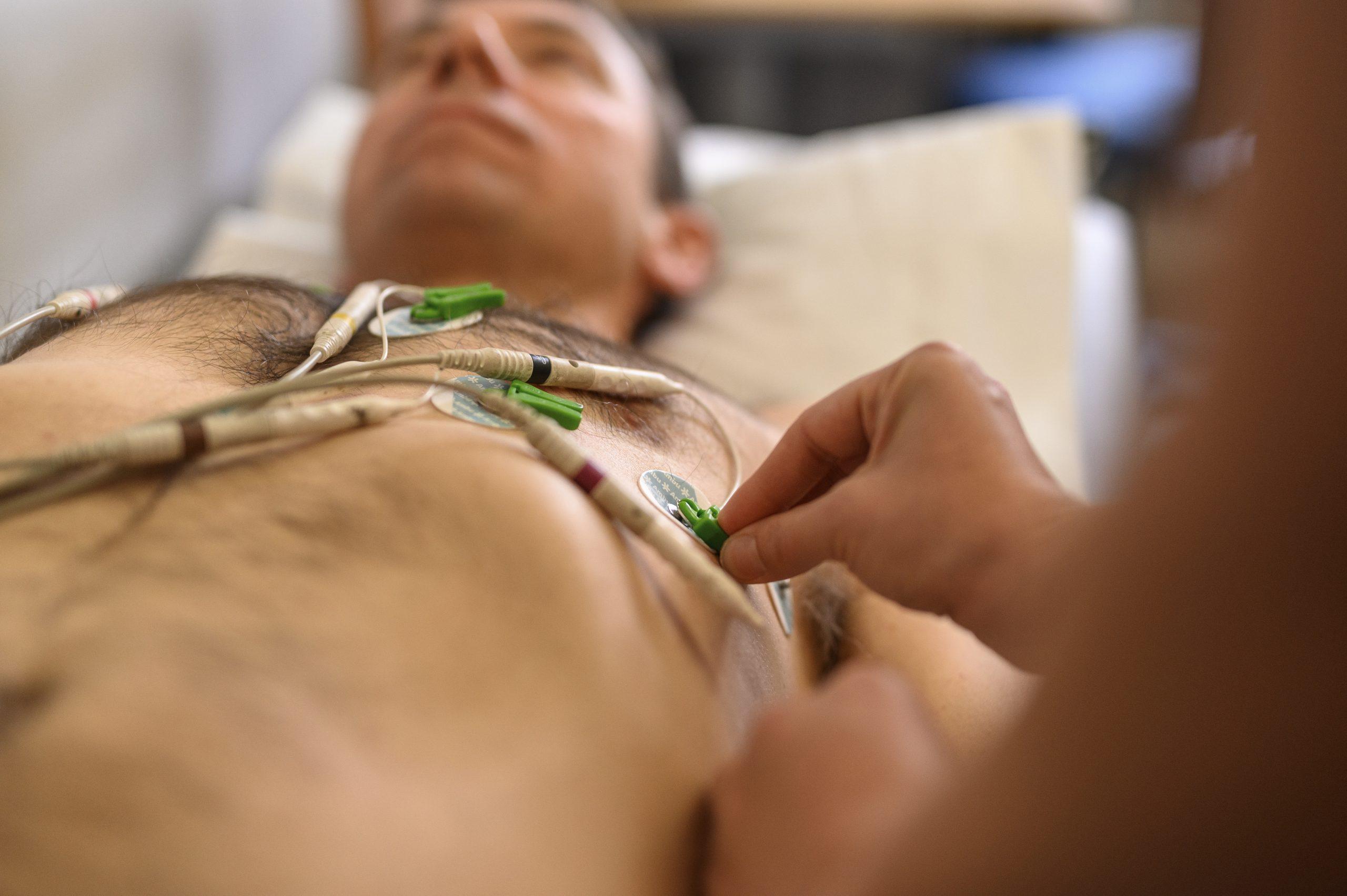 Patient blir undersök med EKG på Vasakliniken