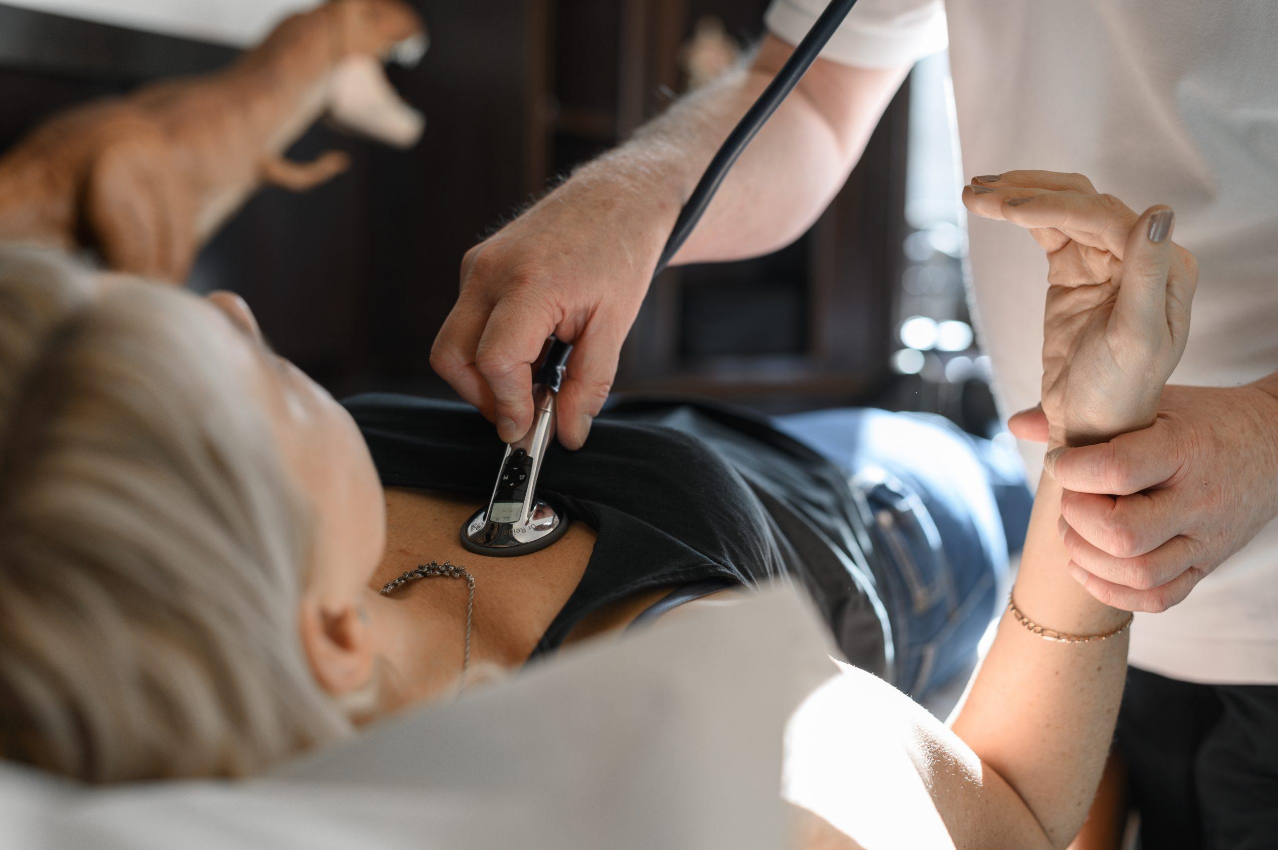 Patient blir undersökt med stetoskop på Vasakliniken