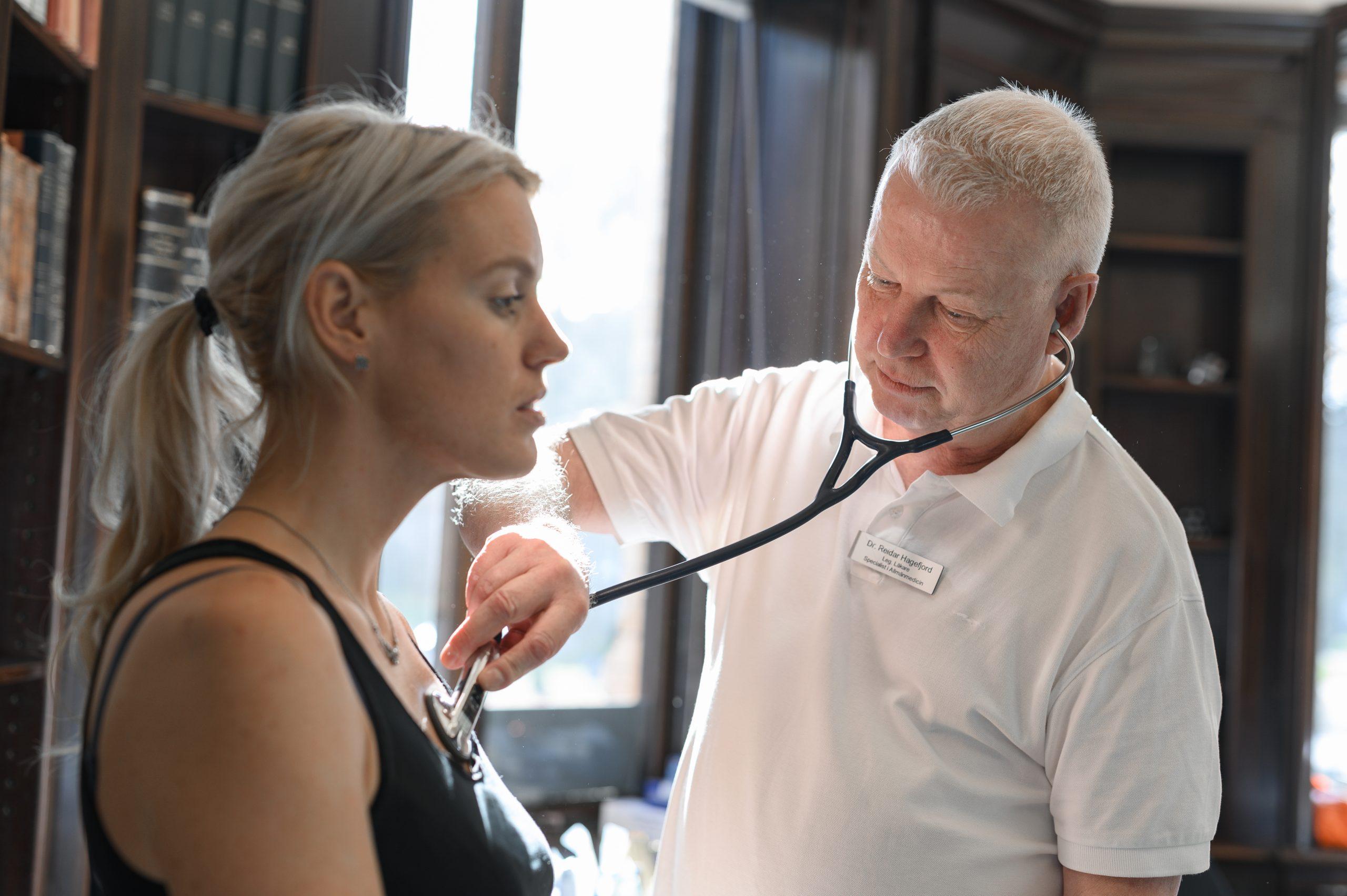 Läkare på Vasakliniken lyssnar på patientens hjärta